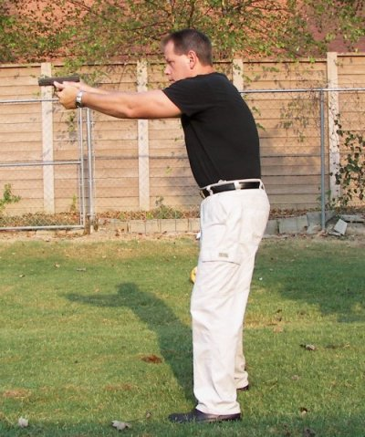 Square, fast acquisition shooting stance for pistols